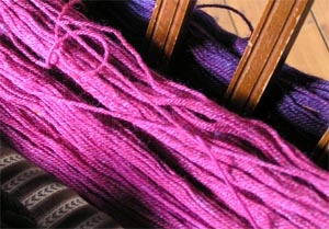 lilarosa Wolle zum Wickeln auf dem Stuhl
