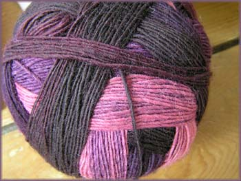 dunkelrotrosa Sockenwolle