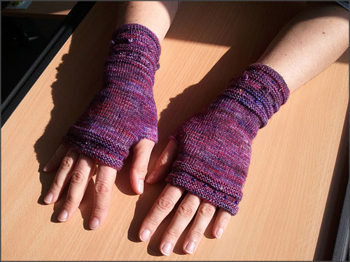 Kolleginnenhände mit Handstulpen