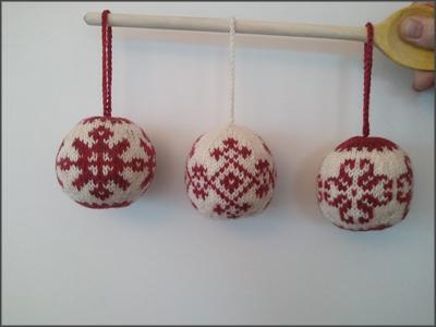 gestrickte Weihnachtskugeln in rot und weiß