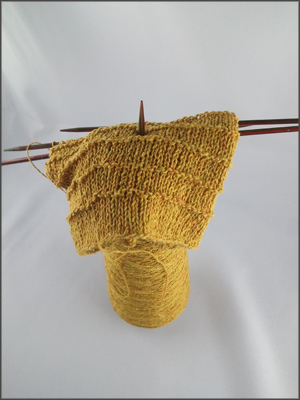 gelbes Strickstück auf Kone