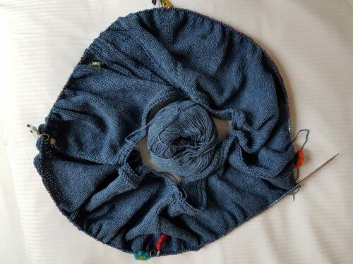rundgestrickter Anfang eines blauen Pullovers
