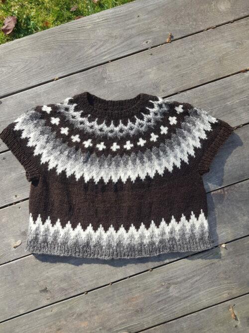 kurzer Pullover mit graubraunweissem Norwegermuster