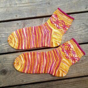 kurze Socken mit Einstrickmuster und Ringeln in gelb und pink